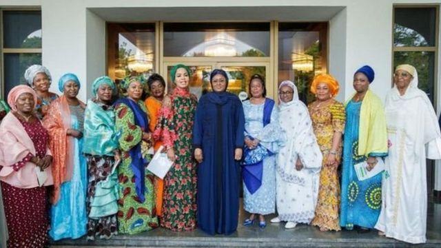 Aisha Buhari ati awon obinrin lori iduro