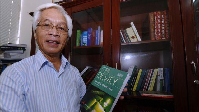 """Ông Chu Hảo cầm cuốn sách """"Dân chủ và Giáo dục'"""