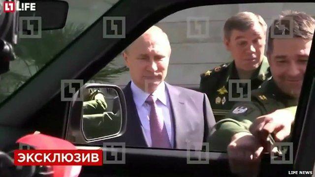 軍用ジープを視察するプーチン氏
