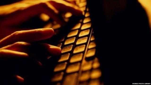 किबोर्डवर टाईप करणारी व्यक्ती