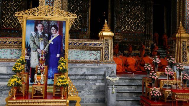 王宮で祝賀行事に参加する僧侶ら(9日)