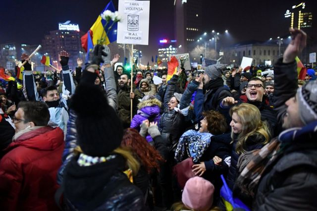 Romania protests: 'Race against time' for corruption fighters