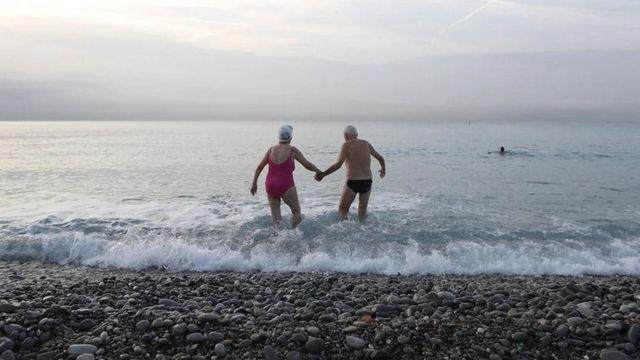 दुनिया में अब पोते-पोतियों से ज़्यादा दादा-दादी क्यों हैं