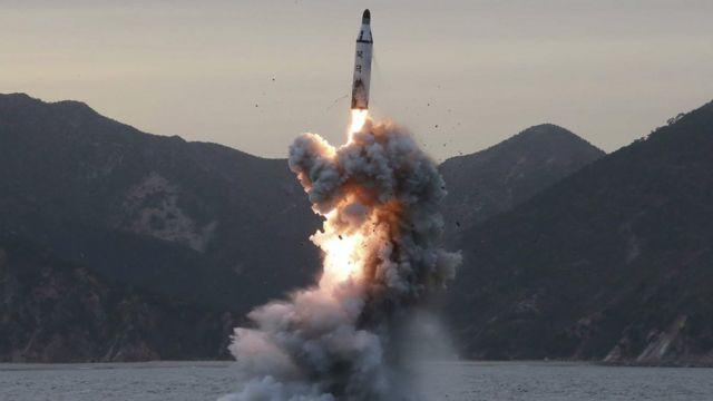 उत्तर कोरिया का पनडुब्बी से मिसाइल परीक्षण.