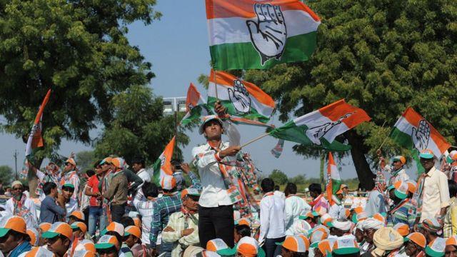 कांग्रेस कार्यकर्ता झंडे फहराते हुए
