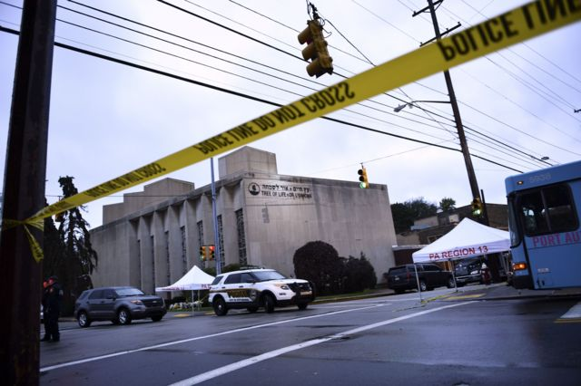 Polícia isola a área ao lado da sinagoga Árvore da Vida