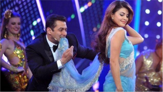 Salman Khan en train de danser à une scène théâtrale.