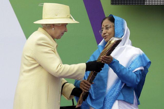 2010 దిల్లీ కామన్వెల్త్ క్రీడల బ్యాటన్ను 2009 అక్టోబర్లో అప్పటి భారత రాష్ట్రపతి ప్రతిభాపాటిల్కు అందజేస్తున్న బ్రిటన్ రాణి రెండో ఎలిజబెత్
