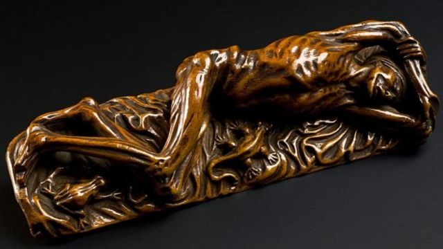 The Black Death arrived in Europe in 1347. According to calculations, in a matter of 4 years, it killed between 40 and 50 million Europeans and between 75 and 200 million people in the world. (Wooden statue representing a plague victim, Europe)