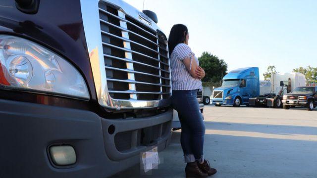 Amira recostada en el camión
