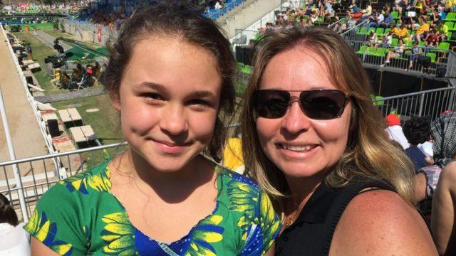 Iasmin (esq) com a mãe, a ex-amazona Miriam Demori