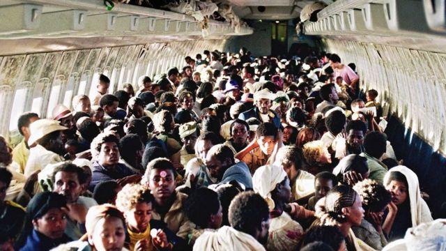 Etiopski Jevreji u ogoljenom Boingu 707 izraelskog vazduhoplovstva tokom prebacivanja iz Adis Abebe 1991. godine