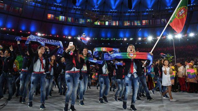 La délégation portugaise en jeans, a choisi un style décontracté pour la cérémonie.
