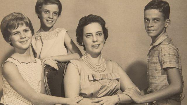 Zuzu posa com filhos em foto antiga