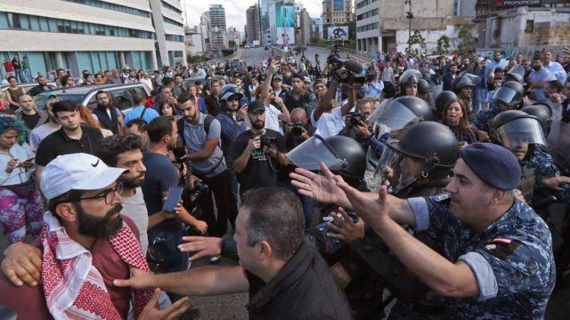 Manifestantes en Líbano discuten con miembros del cuerpo policial.
