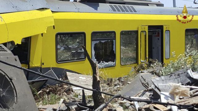 事故が起きた路線は毎日何千人もの乗客が利用する(12日、事故現場で)