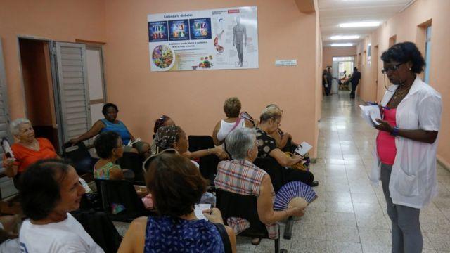 Pacientes esperan en un centro de salud de La Habana
