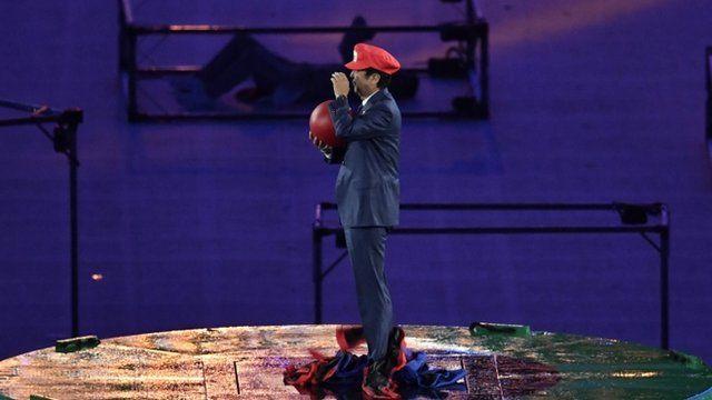 primeiro-ministro Shinzo Abe surgiu no Maracanã com um chapéu do personagem de videogame Mario, da japonesa Nintendo