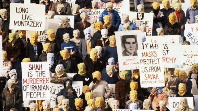反對伊朗末代國王巴列維的示威者1977年在美國國會大樓前示威,其中一個標語說面罩可以保護他們,免受巴列維的秘密警察報復。