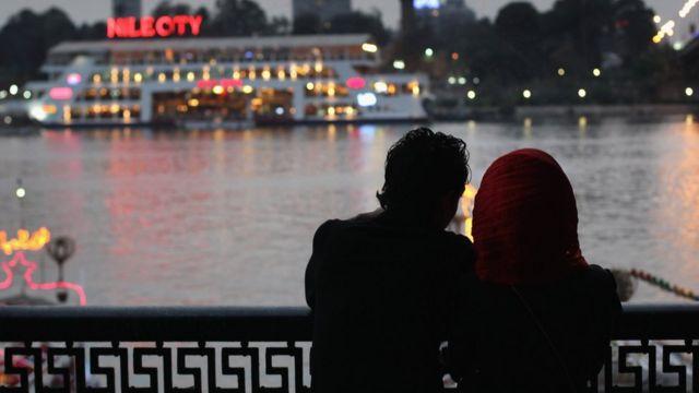 صورة لرجل وامرأة على ضفاف النيل