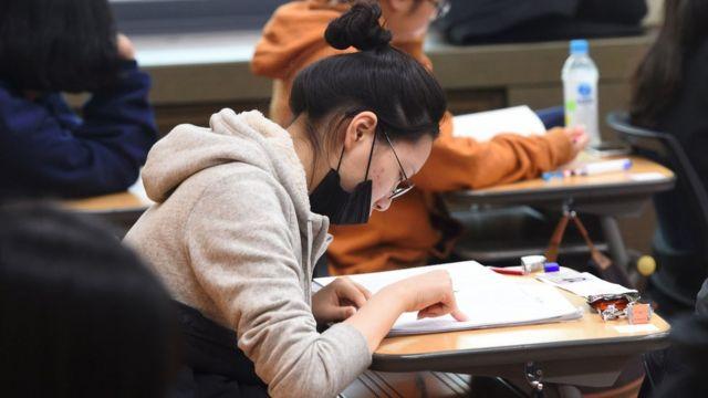 Mujer dando examen