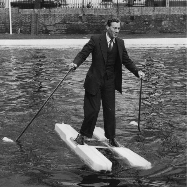 El inventor M W Hulton mostrando sus zapatos marinos.