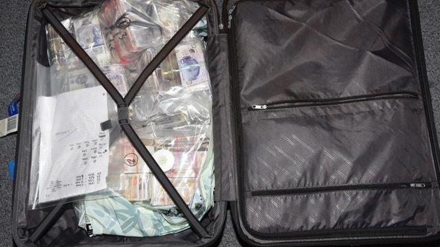 حقيبة مليئة بالنقود.