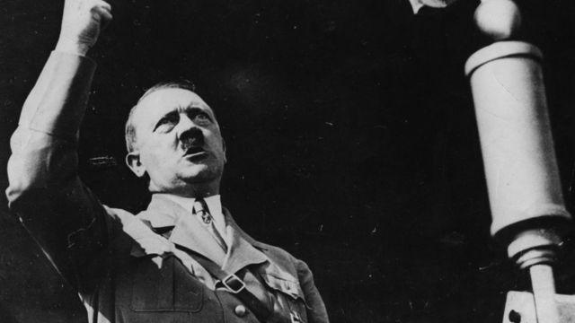 Adolf Hitler prononçant un discours en 1936.