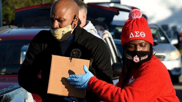 Во время пандемии многие вызвались помочь тем, кто больше всего пострадал от карантина