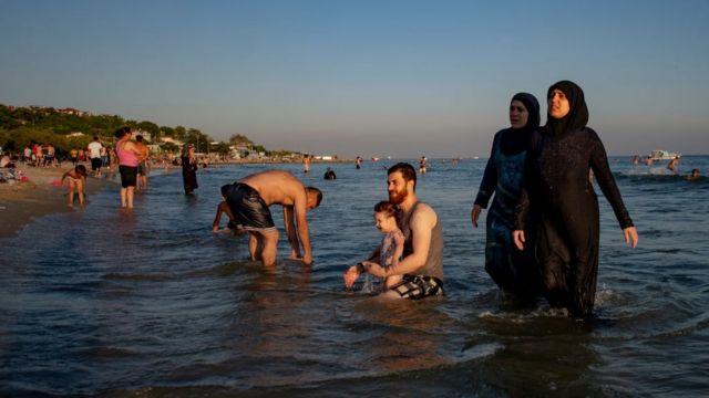 İstanbul'da, Menekşe'de denize giren Suriyeliler