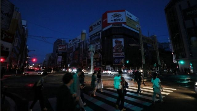 Imagem mostra rua em centro comercial da província de Hokkaido, no Japão, em meio a apagão provocado por terremoto