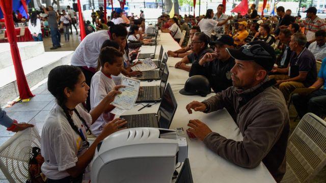 """Venezolanos participando en el """"censo nacional automotor""""."""