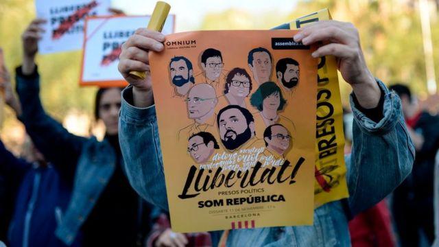 拘束された独立派活動家の釈放を求める学生たち(5日、バルセロナ)