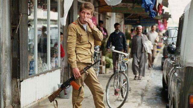 سرباز روس در کابل چند هفته قبل از خروج روسیه از افغانستان ۱۳۶۷