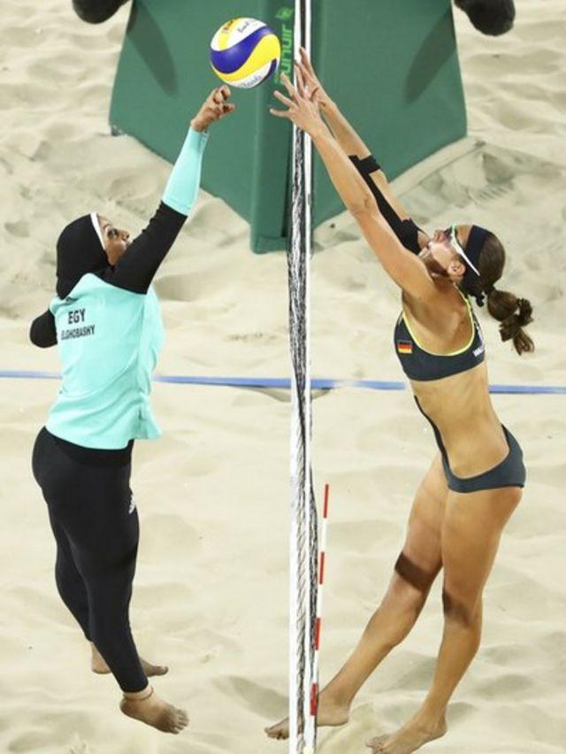 Disputa de bola durante uma partida de vôlei de praia feminino entre Alemanha e Egito repercutiu nas redes sociais