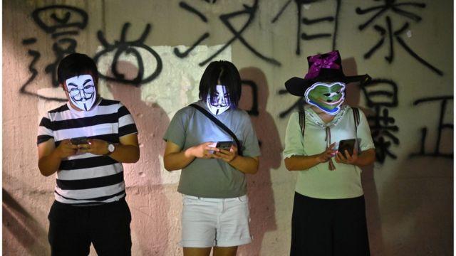 从网上到现实,抗议者均是匿名。