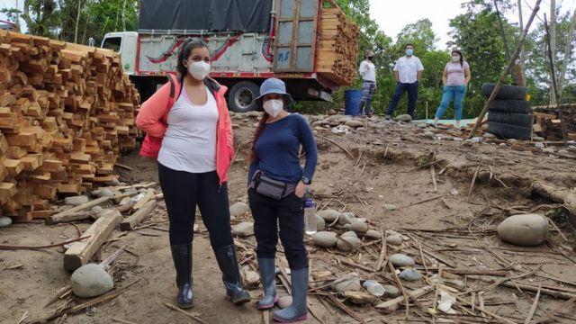 Activistas medioambientales en la zona de tala de balsa.