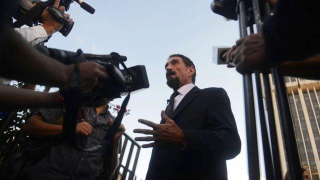 John McAfee falando com a imprensa