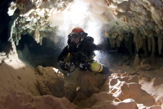 洞窟ダイビングをするグラシアさん