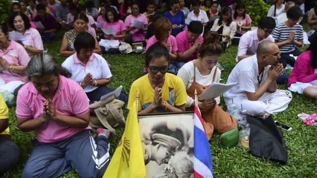 tailandeses rezando.