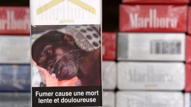 """Une photo prise à Dakar montre un paquet de cigarettes portant l'inscription """"Fumer entraîne une mort lente et douloureuse"""" pour avertir des dangers du tabagisme."""