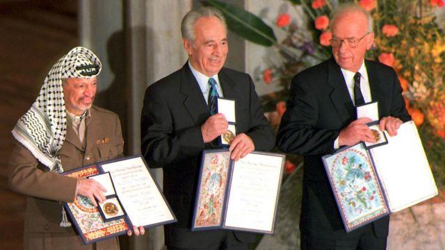 साल 1994 में नोबल शांति पूरस्कार पाने के बाद बाएं से यासिर अराफ़ात, शिमोन पेरेज़ और यित्ज़ाक राबिन.