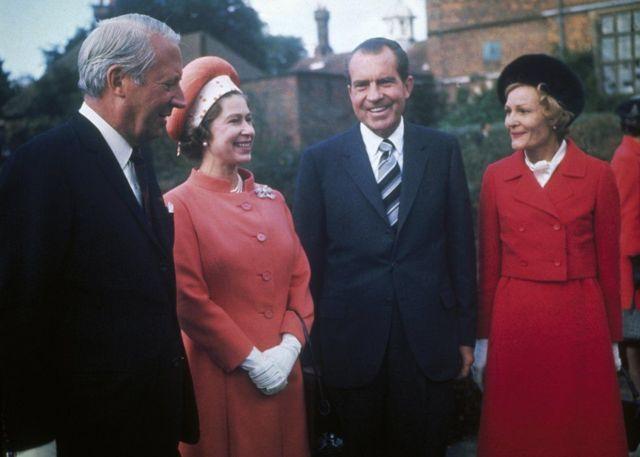 1970年,英国女王与英国首相爱德华·希思(Edward Heath)在首相乡村度假官邸契克尔斯庄园会见美国总统理查德·尼克松(Richard Nixon,右二)与其夫人帕特·尼克松(Pat Nixon,右)。
