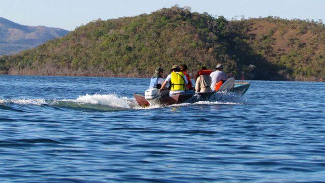 Investigadores en una lancha en un lago en Serra da Mesa, Brasil