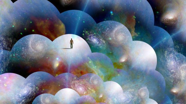 Hombre diminuto en uno de muchos mundos