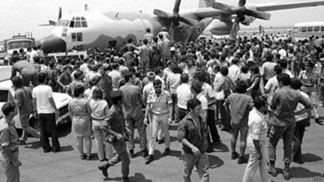 इसराइल में विमान से उतरते हुए बंधक