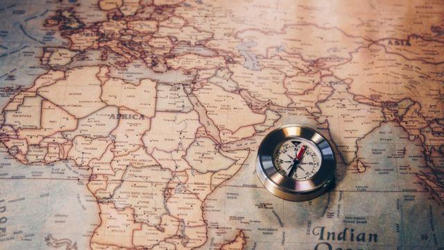 Foto de bússula sobre mapa