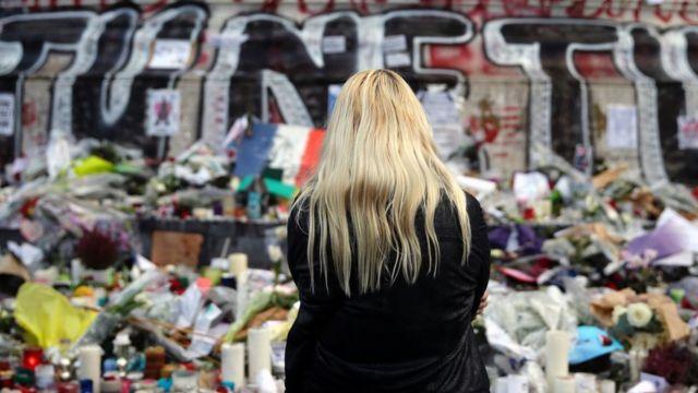 프랑스 파리 동시다발 테러 임시 추모비 앞에 서 있는 여성의 뒷모습