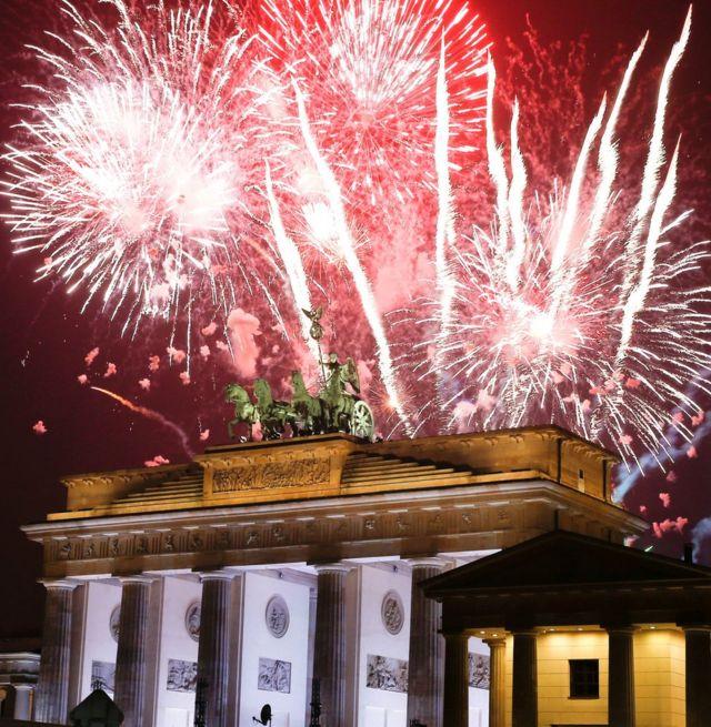 Almaniyanın paytaxtı Berlində isə atəşfəşanlıq Brandenburg darvazasını işıqlandırıb