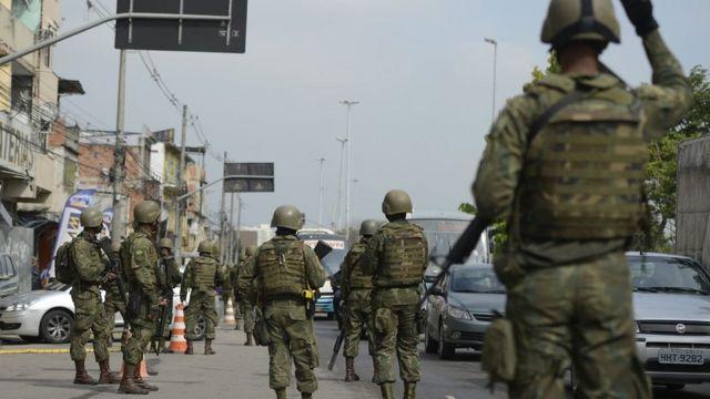 Militares fardados fazem operação na rua
